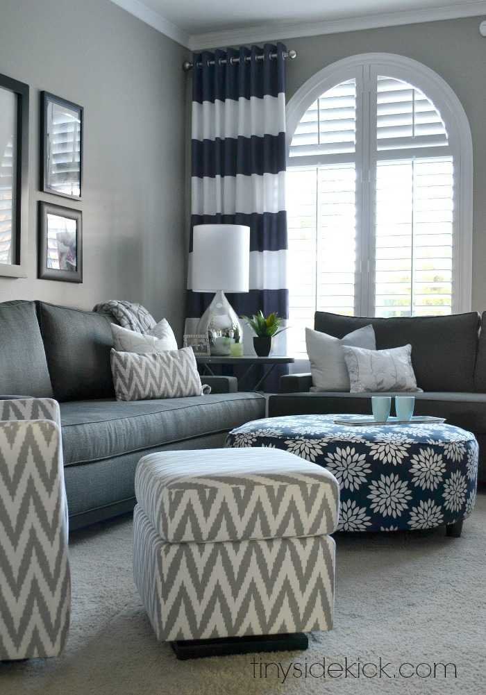 Living room with bold pattern paint color