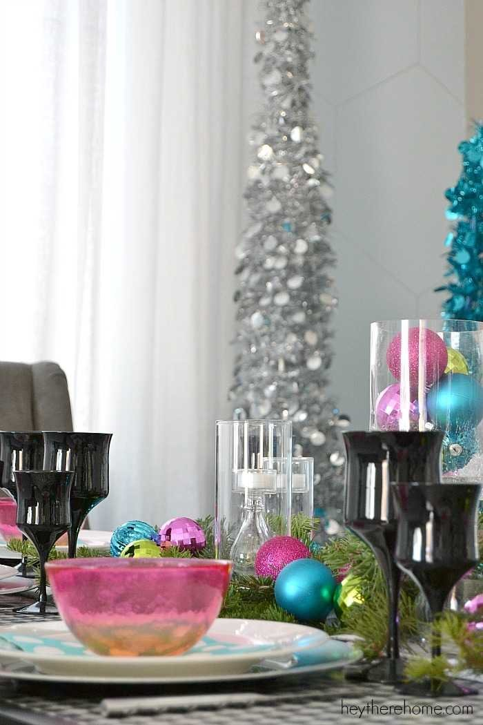 Fun and easy Christmas table decorations in non traditional Christmas colors (1)