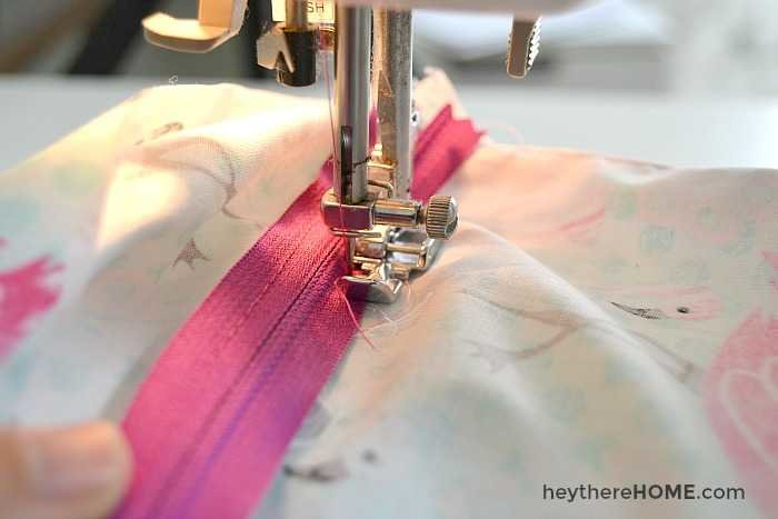 How to add a zipper to a pillow cover with piping the easy way